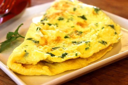 Proteinreiches Frühstück: Foto von einem Käse-Kräuter-Omelette.