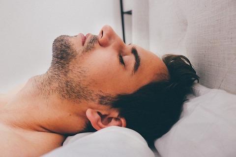 Fettabbautipps: Foto von einem Mann beim ausreichend schlafen.