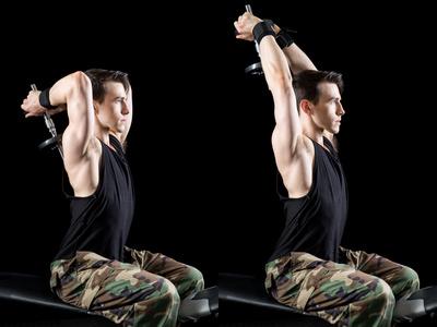 Hanteltraining Übungen PDF: Foto von der Übung Trizepsdrücken beidarmig.
