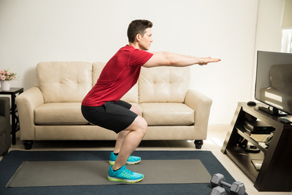 HIIT-Workout: Foto von der Übung Kniebeuge.
