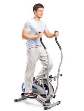 Hochintensives Intervalltraining: Foto von einem Mann beim Training mit dem Crosstrainer.