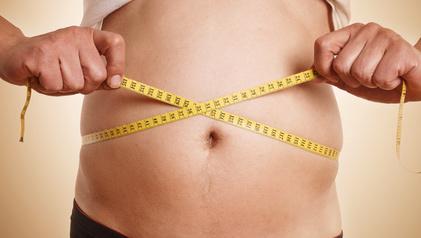 Idealgewicht berechnen: Foto von einem Mann beim Taille-Hüft-Verhältnis messen.