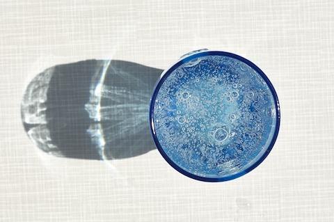Kalorien killen: Foto von einem Glas Mineralwasser.