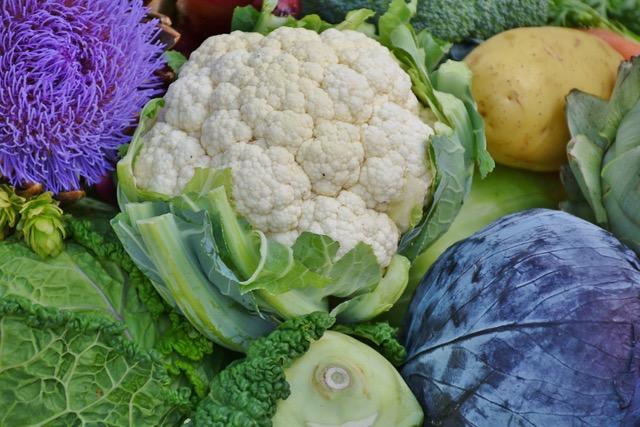 Kohlenhydratarme Lebensmittel: Foto von dem eiweißreichen Nahrungsmittel Blumenkohl.