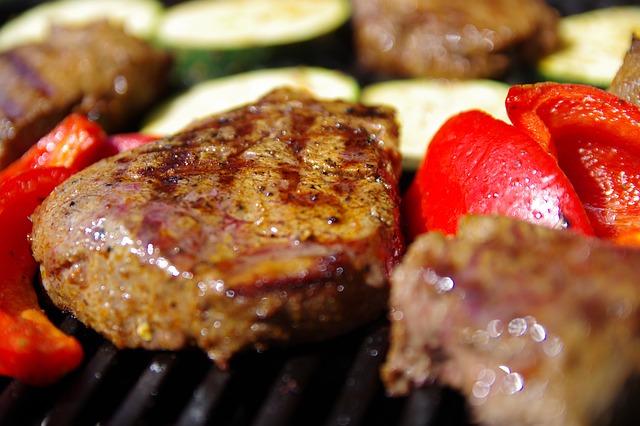 Kohlenhydratarme Nahrungsmittel: Foto von dem eiweißreichen Nahrungsmittel Fleisch.