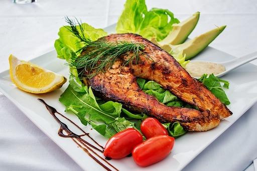 Kohlenhydratarmes Abendessen: Foto von einem gegrillten Fisch mit Gemüse.