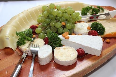 Low-Carb-Abendessen: Foto von einer Käseplatte.