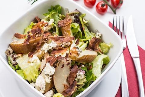 Low-Carb-Abendessen: Foto von einem Salat mit Hähnchenbruststreifen.