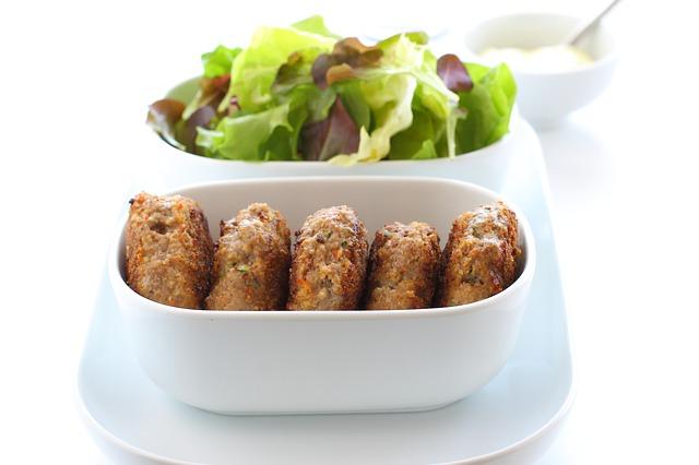 Kohlenhydratarmes Mittagessen: Foto von Frikadellen mit Salat.