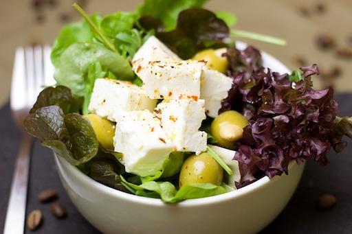 Kohlenhydratarmes Mittagessen: Foto von Kohlsalat mit Fetacreme.