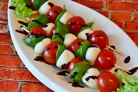 Kohlenhydratfreies Frühstück: Foto von einem Tomaten-Mozarella-Salat.