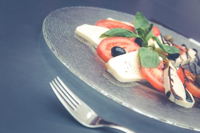 Low-Carb Abendessen ohne Kochen: Foto von dem Essen Caprese mit Tomaten und Mozarella.