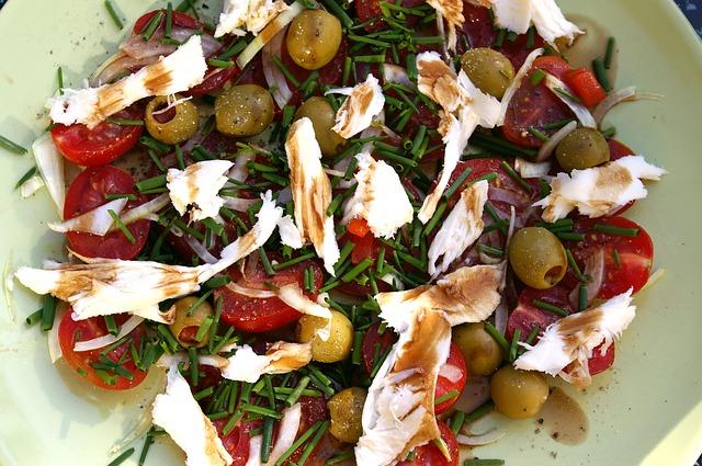 Low Carb Abendessen ohne Kochen: Foto von einer mediterranen Genussplatte.