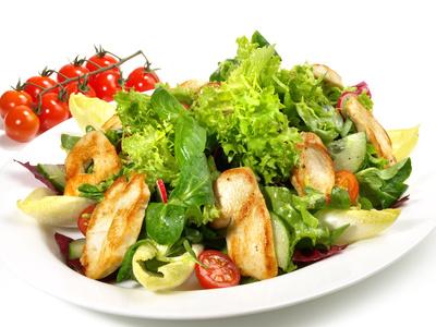 Low Carb Mittagessen Rezepte: Foto von einer Hähnchenbrust auf Salatbett.