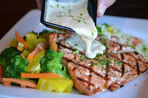 Low Carb Mittagessen Rezepte: Foto von einem Lachsfilet mit Dill.