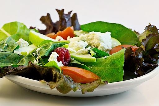 Low Carb Mittagessen Rezepte: Foto von einem Salat mit Ziegenkäse.