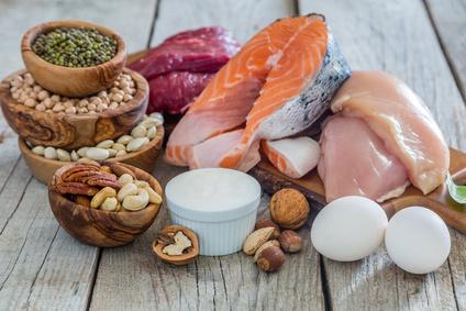 Mittagessen ohne Kohlenhydrate: Foto von eiweißhaltigen Lebensmitteln und gute Fette.