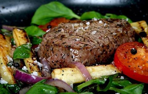 Mittagessen ohne Kohlenhydrate: Foto von einem Steak mit Gemüse.