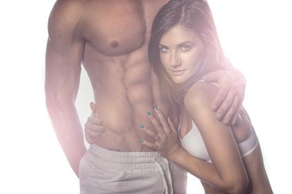 Obere Bauchmuskeln: Foto von einem Mann mit Sixpack und einer attraktiven Frau.