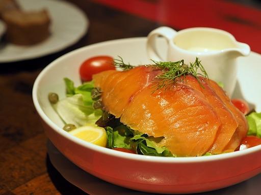 Proteinreiches Frühstück: Foto von Räucherlachs auf Blattsalat.