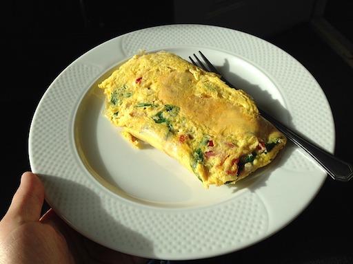 Eiweißreiches Frühstück: Foto von einem Zwiebel-Tomaten-Omelett.