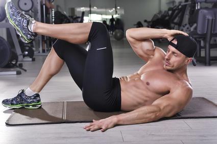 Schräge Bauchmuskeln trainieren: Foto von einem Mann bei der Übung seitliche Crunches.