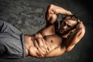 Seitliche Bauchmuskeln Übung: Foto von einem Mann mit Waschbrettbauch.