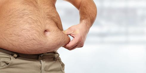 Sixpack in vier Wochen: Foto von einem sehr dicken Bauch von einem Mann.