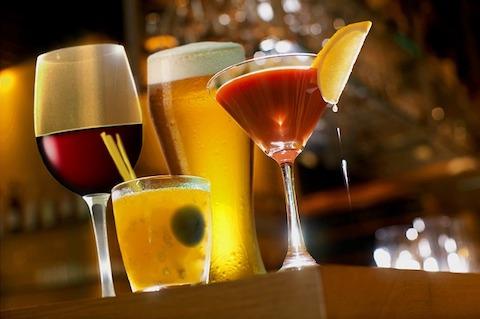 Ungesunde Nahrungsmittel: Foto von verschiedenen Sorten Alkohol.