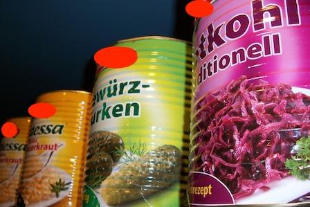 Ungesunde Nahrungsmittel: Foto von Fertignahrung wie Dosen Gemüse.