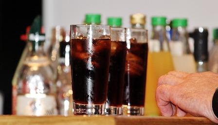 Ungesunde Lebensmittel: Foto von zuckerhaltigen Soft Drinks wie Cola.