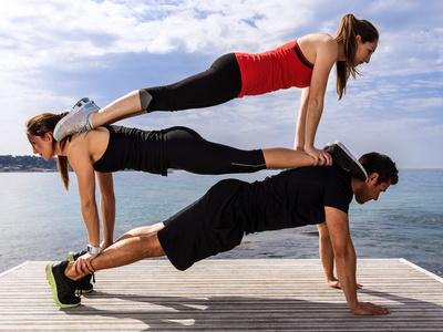 Wie motiviere ich mich zum Sport? Foto von zwei Frauen und einem Mann beim abwechslungsreichen Training zur Fitness Motivation.