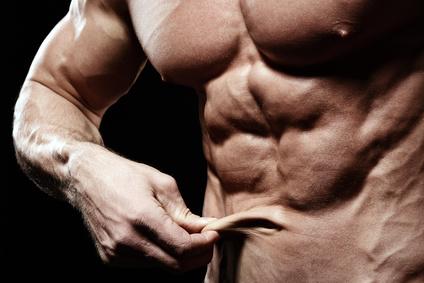Wie realistisch ist ein Sixpack: Foto von einem Mann mit geringem Körperfettanteil unter 10 Prozent und Sixpack.