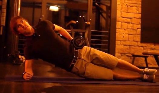 Bauchmuskeltraining Übungen mit Bildern: Foto von der Übung seitlicher Unterarmstütz mit Kurzhantel.