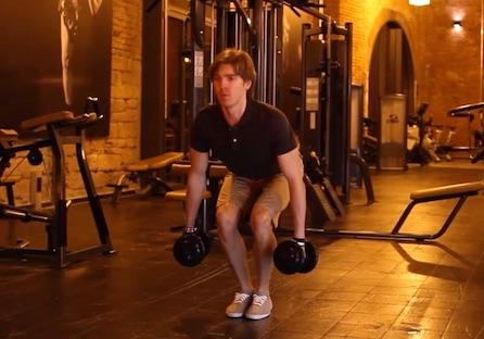 Beinmuskeltraining: Foto von der Übung enge Kniebeuge mit Kurzhanteln.