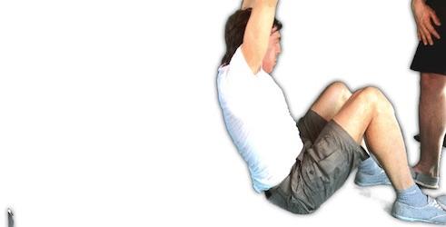 Functional Training Übungen PDF: Foto von der Bauchübung Situps mit gestreckten Armen.