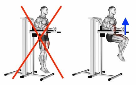 Foto von der Übung hohes Knieheben am Gerät als Beinheben hängend Alternative.