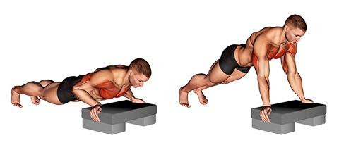Untere Brustmuskeln trainieren: Foto von der ÜbungLiegestütze aufsteigend.