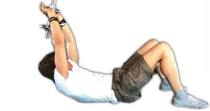 Trainingsplan Muskelaufbau zuhause: Foto von der Übung Kurzhantel Bauchpresse.