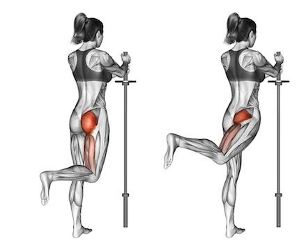 Beinmuskeln trainieren Frau: Foto von der Übung Beinhebenstehend.