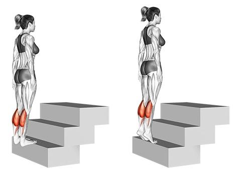 Beinmuskeln trainieren Frau: Foto von der Übung Wadenheben stehend.