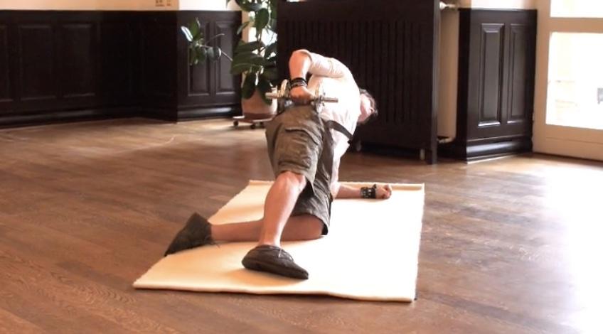 Foto von der Übung seitlicher Unterarmstütz kniend mit Kurzhantel.